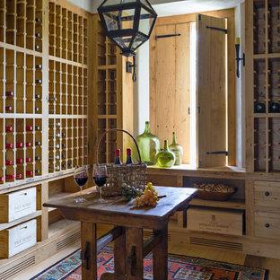 Idéer för mellanstora lantliga vinkällare, med ljust trägolv och vinhyllor