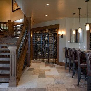 Inspiration för klassiska vinkällare, med vindisplay och beiget golv