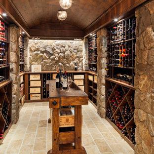 Diseño de bodega clásica, grande, con suelo de piedra caliza y botelleros de rombos