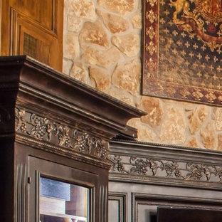Diseño de bodega clásica, de tamaño medio, con suelo de mármol, vitrinas expositoras y suelo blanco