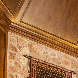 Diseño de bodega tradicional, de tamaño medio, con suelo de mármol, vitrinas expositoras y suelo blanco