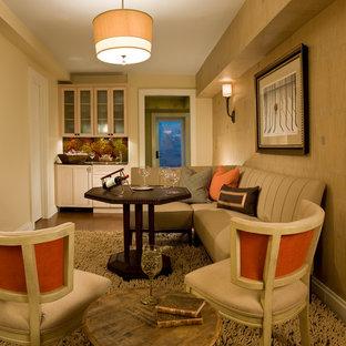 Foto de bodega contemporánea, de tamaño medio, con moqueta, vitrinas expositoras y suelo beige