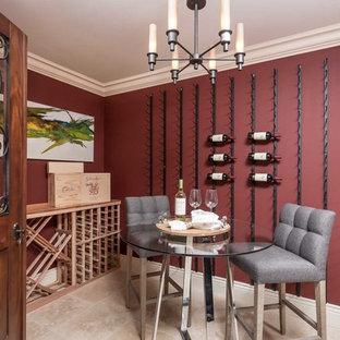 Foto på en liten vintage vinkällare, med travertin golv, vindisplay och beiget golv
