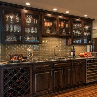 Idée de décoration pour une cave à vin tradition de taille moyenne avec un sol en bambou et des casiers losange.