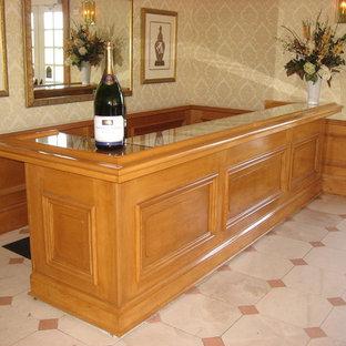 Imagen de bodega clásica, grande, con suelo de linóleo y botelleros