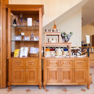 Inspiration pour une cave à vin traditionnelle de taille moyenne avec un sol en linoléum et un présentoir.
