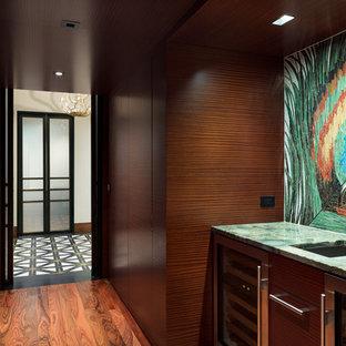 Esempio di una piccola cantina minimal con parquet scuro, rastrelliere portabottiglie e pavimento marrone