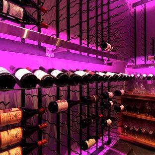 Idées déco pour une cave à vin contemporaine.