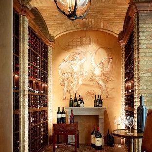 Bild på en stor medelhavsstil vinkällare, med tegelgolv och vinhyllor