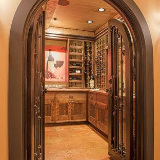 Idée de décoration pour une cave à vin chalet avec sol en stratifié, un présentoir et un sol multicolore.