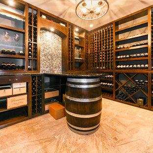 Imagen de bodega clásica, grande, con suelo de mármol y vitrinas expositoras