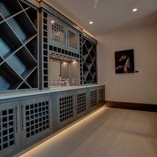 Modelo de bodega minimalista, grande, con suelo de linóleo y botelleros de rombos