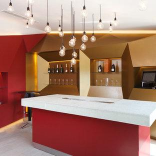 Imagen de bodega minimalista, grande, con suelo de baldosas de cerámica y vitrinas expositoras