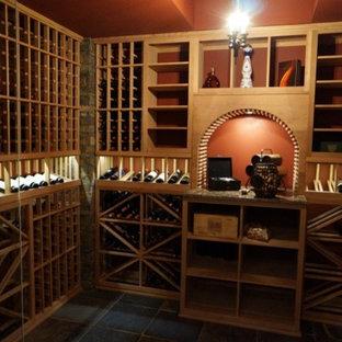 Idéer för mellanstora funkis vinkällare, med skiffergolv, vinhyllor och grått golv