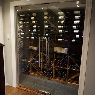 Exemple d'une cave à vin tendance de taille moyenne avec un sol gris, un sol en carrelage de céramique et des casiers.