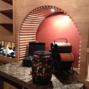 Inspiration för mellanstora moderna vinkällare, med skiffergolv, vinhyllor och grått golv