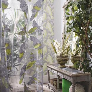 Exemple d'une grand véranda exotique avec un sol en carrelage de porcelaine, aucune cheminée et un plafond standard.