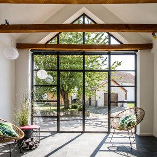 Idée de décoration pour une petit véranda nordique avec aucune cheminée, un sol gris et un plafond standard.