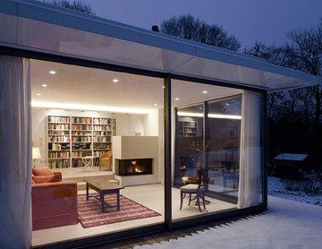 Wohnraum und Bibliothek mit Kamin