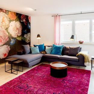 Repräsentatives, Abgetrenntes Modernes Wohnzimmer mit weißer Wandfarbe, hellem Holzboden und beigem Boden in Berlin