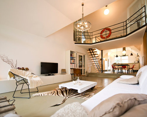 Offenes, Repräsentatives, Großes Modernes Wohnzimmer Ohne Kamin Mit Weißer  Wandfarbe, Betonboden Und Freistehendem