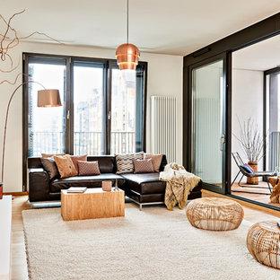 Repräsentatives, Fernseherloses, Offenes Modernes Wohnzimmer ohne Kamin mit weißer Wandfarbe, gebeiztem Holzboden und braunem Boden in Hamburg