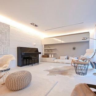 Ispirazione per un grande soggiorno nordico aperto con pareti bianche, pavimento in gres porcellanato, cornice del camino piastrellata, TV nascosta e sala della musica