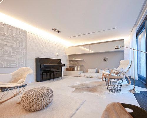 Großes, Offenes Nordisches Musikzimmer Mit Weißer Wandfarbe,  Porzellan Bodenfliesen, Gefliestem Kaminsims Und