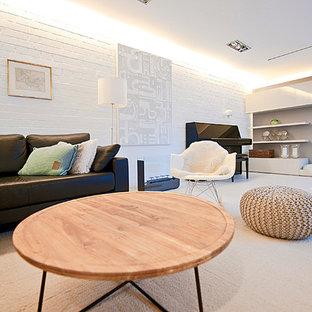 Idee per un grande soggiorno scandinavo aperto con sala formale, pareti bianche, pavimento in gres porcellanato, camino classico, cornice del camino piastrellata e TV nascosta