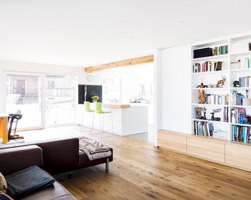 Große, Offene Nordische Bibliothek Ohne Kamin Mit Weißer Wandfarbe, Braunem  Holzboden Und Braunem Boden
