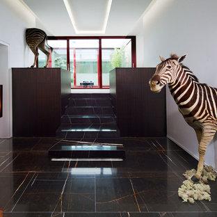 Mittelgroßes, Repräsentatives, Fernseherloses Modernes Wohnzimmer Im Loft  Style, Ohne Kamin Mit Marmorboden