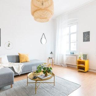Mittelgroßes, Fernseherloses Skandinavisches Wohnzimmer ohne Kamin mit weißer Wandfarbe, Laminat und beigem Boden in Sonstige