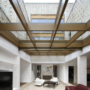 Großes, Offenes Mediterranes Wohnzimmer Mit Wand TV, Weißer Wandfarbe Und  Kamin In Berlin