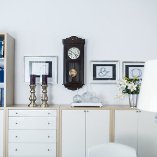 Foto di un soggiorno minimal di medie dimensioni e chiuso con pareti bianche, moquette, pavimento nero e TV nascosta