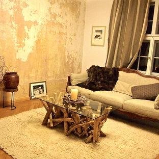 Foto de salón cerrado, romántico, de tamaño medio, sin chimenea, con suelo de madera en tonos medios, suelo marrón y paredes marrones