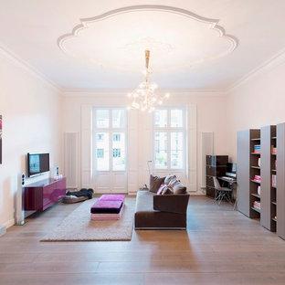 Großes, Offenes Modernes Wohnzimmer ohne Kamin mit weißer Wandfarbe, braunem Holzboden und Wand-TV in Düsseldorf