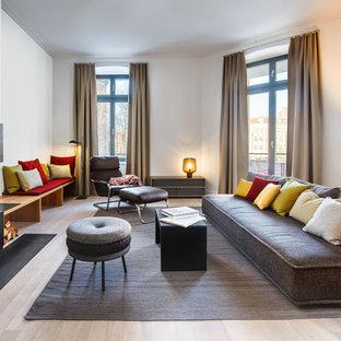 Mittelgroßes, Repräsentatives, Fernseherloses, Abgetrenntes Modernes Wohnzimmer mit weißer Wandfarbe, hellem Holzboden, Eckkamin und beigem Boden in Berlin