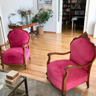Ispirazione per un grande soggiorno classico aperto con sala formale, pareti beige, pavimento in linoleum, stufa a legna, cornice del camino in mattoni, TV autoportante e pavimento marrone