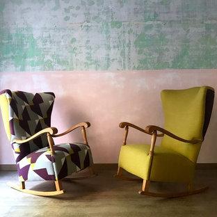 Ejemplo de salón para visitas abierto, clásico, grande, con paredes beige, suelo de linóleo, estufa de leña, marco de chimenea de ladrillo, televisor independiente y suelo marrón