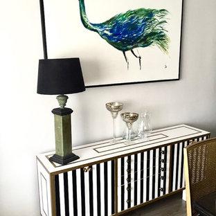 Idee per un grande soggiorno tradizionale aperto con sala formale, pareti beige, pavimento in linoleum, stufa a legna, cornice del camino in mattoni, TV autoportante e pavimento marrone