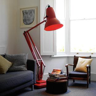 Inspiration för ett litet industriellt separat vardagsrum, med ett bibliotek, vita väggar och heltäckningsmatta