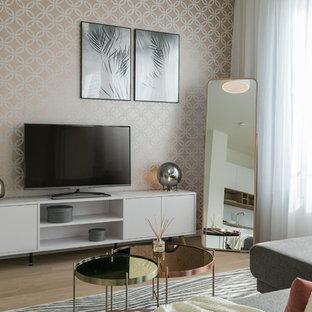 Kleines, Abgetrenntes Modernes Wohnzimmer ohne Kamin mit hellem Holzboden, freistehendem TV und beigem Boden in Berlin