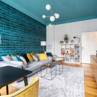 ベルリンの大きいコンテンポラリースタイルのおしゃれな独立型ファミリールーム (青い壁、淡色無垢フローリング、テレビなし、茶色い床) の写真