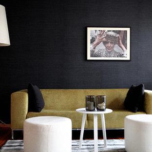 Foto de sala de estar actual, de tamaño medio, con paredes negras y suelo de madera clara