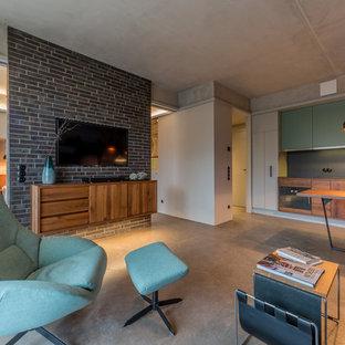 Offenes, Mittelgroßes Mid-Century Wohnzimmer ohne Kamin mit weißer Wandfarbe, Betonboden und Wand-TV in Berlin