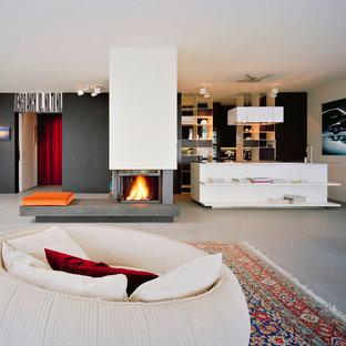 Ejemplo de salón abierto, actual, grande, con paredes negras y chimenea tradicional