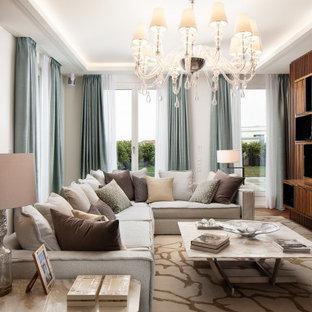 Großes, Offenes Modernes Wohnzimmer mit grauer Wandfarbe, braunem Holzboden, Wand-TV und braunem Boden in Berlin