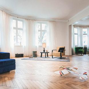 Repräsentatives, Offenes, Geräumiges, Fernseherloses Eklektisches Wohnzimmer ohne Kamin mit braunem Holzboden, beiger Wandfarbe und braunem Boden in Berlin