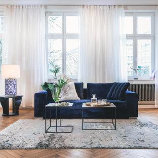 Geräumiges, Offenes, Fernseherloses Eklektisches Wohnzimmer ohne Kamin mit braunem Holzboden, braunem Boden und weißer Wandfarbe in Berlin