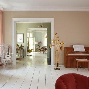 Diseño de salón con rincón musical cerrado, campestre, grande, sin chimenea y televisor, con paredes marrones, suelo de madera pintada y suelo blanco